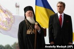 Вселенський патріарх Варфоломій I і президент України Віктор Ющенко (праворуч) під час урочистостей з нагоди 1020-річчя Хрещення України-Руси, 25 липня 2008 року