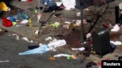 Кровь на тротуаре gосле двух взрывов на Бостонском марафоне. Бостон, 16 апреля 2013