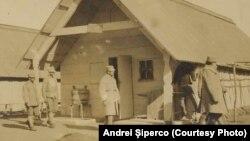 Tabără a Armatei române la Huși, Sursa: Andrei Șiperco (ed.), Tragedii și suferințe neștiute...., 2003 (AFB, E 2020 Schachtel nr. 111).