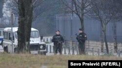 Crnogorska policija osigurava američku ambasadu nakon napada u noći 22. februara.