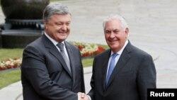 Президент України Петро Порошенко (л) і державний секретар Рекс Тіллерсон