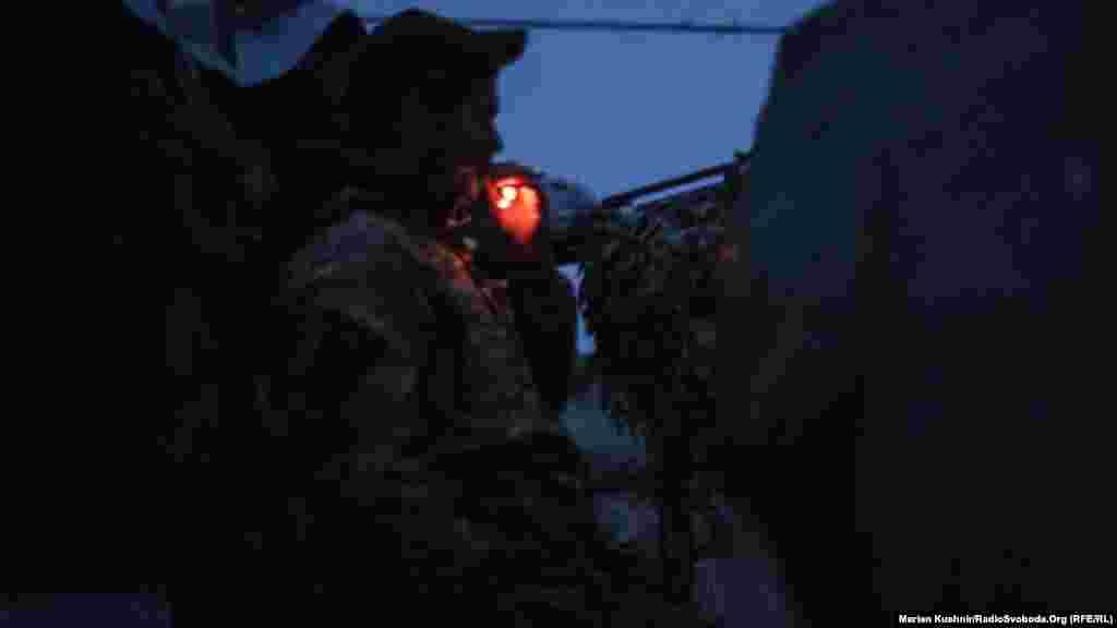 Бійці ЗСУ спостерігають за ситуацією поблизу Зацевого