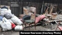 Во дворе дома Немченко в городе Нижнеудинске в Иркутской области