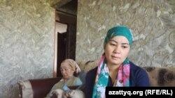 Жена арестованного Бахытжана Изтлеуова Айгуль Сатиева (справа) и его мать Гульжахан Ануарова. Шымкент, 24 сентября 2017 года.