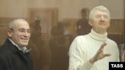 Former Yukos executives Mikhail Khodorkovsky (left) and Platon Lebedev inside the bulletproof-glass defendents' cage of a Moscow court in March.