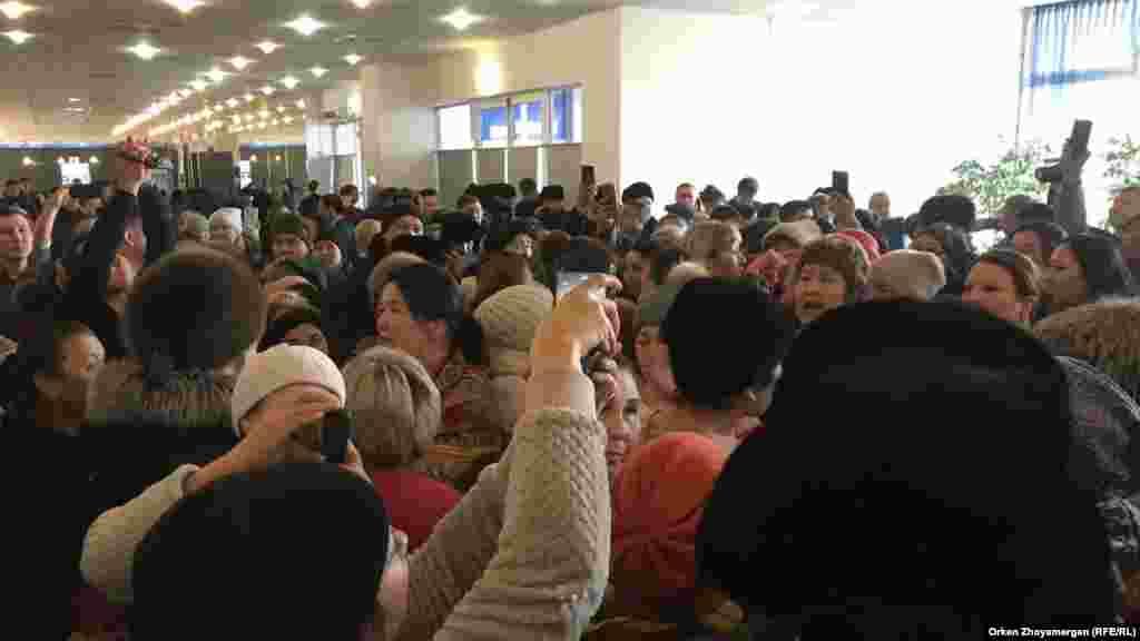 """Наразы топ """"әкім"""" деп айғайлап, қала әкімінің келуін талап етті. Астана, 15 ақпан 2019 жыл"""