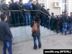 Жаңа үлгідегі төлқұжат алу үшін кезекте тұрғандар. Самарқанд аймағы, Өзбекстан,14 қаңтар 2015 жыл.