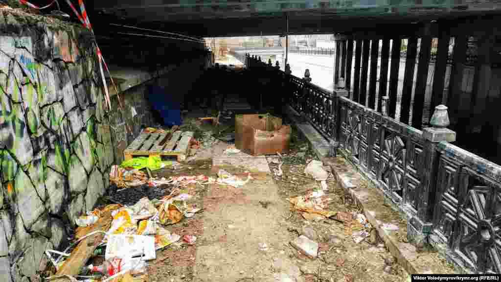 Під мостом залишився робочий інвентар і різні матеріали