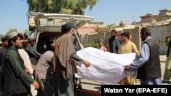 Ауған әскерилерінің тәліптерге қарсы шабуылы кезінде қаза тапқандарды көлікке салып жатқан адамдар. Гильменд, 23 қыркүйек 2019 жыл.