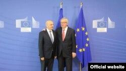 Kryeministri i Kosovës, Isa Mustafa, dhe presidenti i Komisionit Evropian, Jean-Claude Juncker. Bruksel, 27 prill 2016.