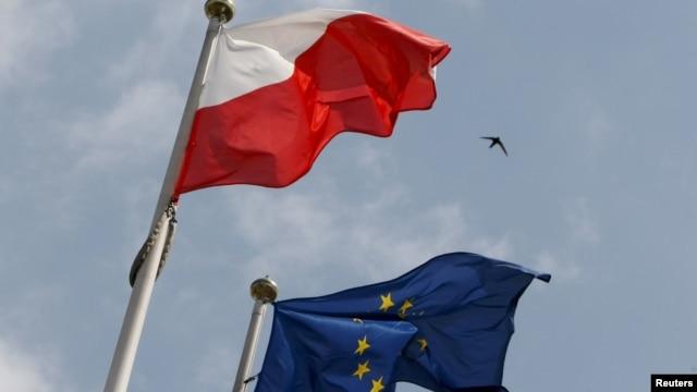 Steagurile Poloniei și UE în fața Parlamentului de la Varșovia