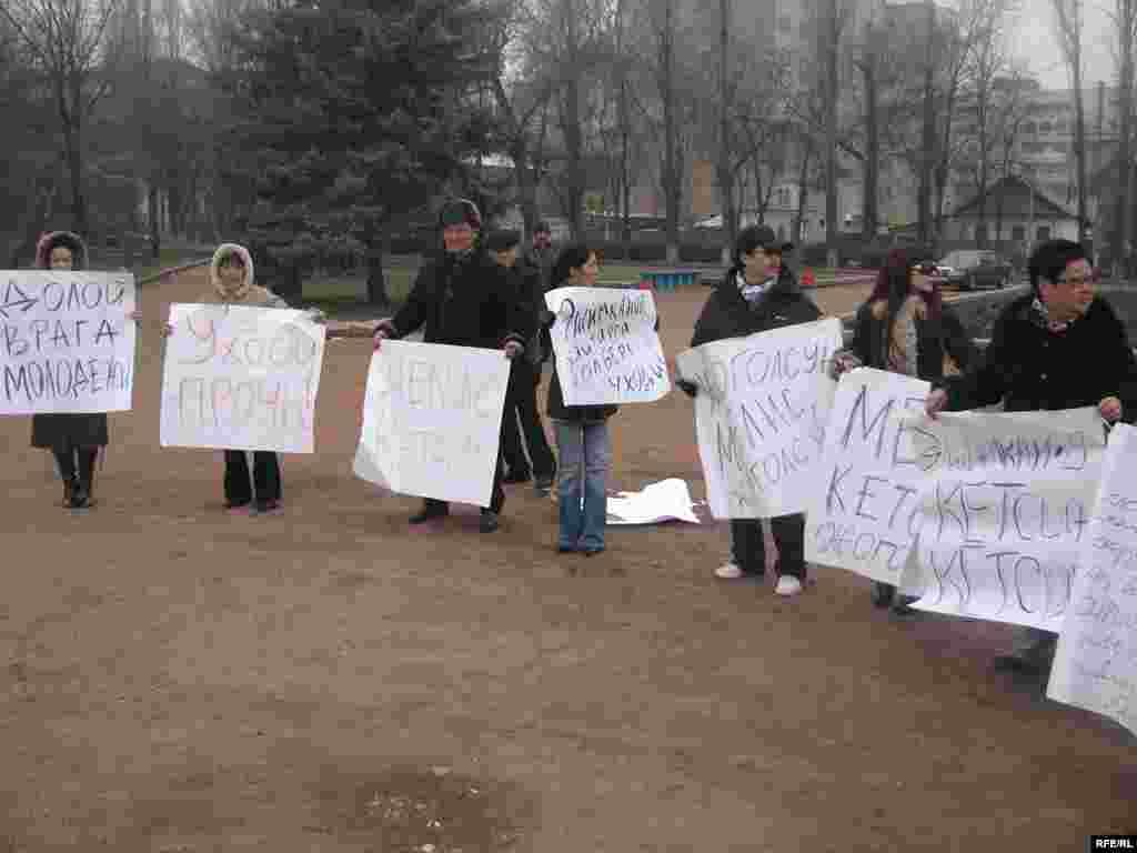 Нааразы топтун ичинен бешөө ачкачылык акциясын башташканын жарыялашты. - Kyrgyzstan -- Several Staffers of UTRK Start Hunger Strike Action Demanding To Dismiss the Director of UTRK, 17dec08