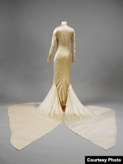 Шелк и сатин - 1934. Дизайнер Чарльз Джеймс. В этом платье Барбара Битон стала женой Алека Хамбро