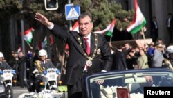 Тәжікстан президенті Эмомали Рахмон парад кезінде. Душанбе, 16 қараша 2013 жыл.