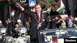 Президент Таджикистана Эмомали Рахмон на параде. Душанбе, 16 ноября 2013 года.