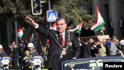 Президент Таджикистана Эмомали Рахмон - на параде. Душанбе, 16 ноября 2013 года.