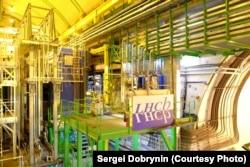 Детектр LHCb. Столкновения происходят вглубине, в правом углу