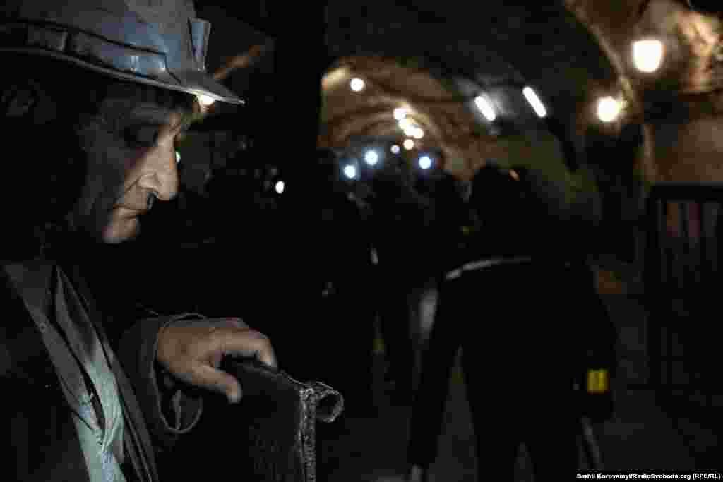 Черга шахтарів біля клітки ліфту. Він опускає людей на 355 метрів під землю. Найнижча ж точка шахти – 620 метрів