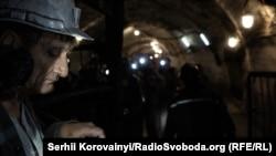 Очередь шахтеров у клетки лифта. Иллюстративное фото.