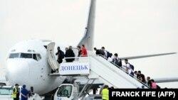 Футболісти збірної Франції під час Чемпіонату Європи з футболу 2012 року сідають у літак в аеропорту Донецька, щоб летіти до Парижа. Донецьк, 24 червня 2012 року