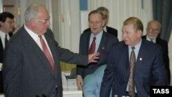 Саміт «Групи восьми». Президент України Леонід Кучма (праворуч) і канцлер ФРН Гельмут Коль перед початком засідання з питань ядерної безпеки. Москва, 20 квітня 1996 року
