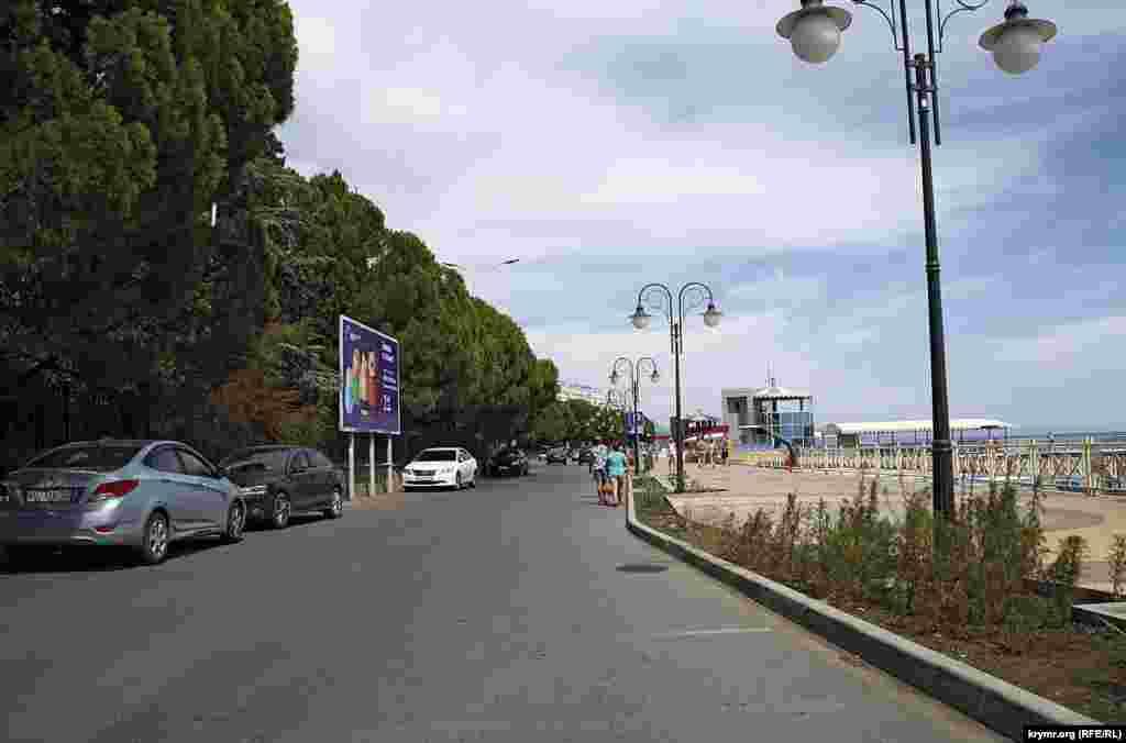 Ограничения для автомобилистов работают не только в городской черте – инспекторы нынешнего министерства экологии и природных ресурсов Крыма летом начали штрафовать автомобилистов за стоянку на побережье Черного моря