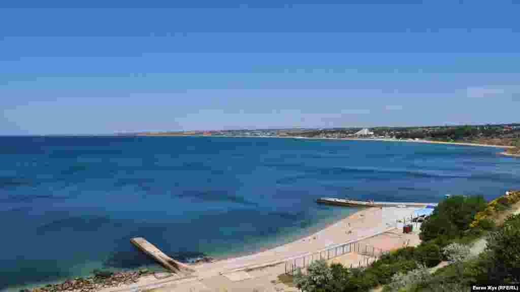 Сам санаторий находится в нескольких сотнях метров от пляжа
