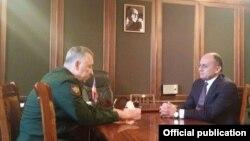 Встреча министра обороны Армении Сейрана Оганяна и заместителя министра обороны РФ Аркадия Бахина (слева). 13 января 2015 г. Фотография - пресс-служба Минобороны Армении