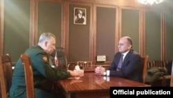 Зустріч заступника міністра оборони Росії Аркадія Бахіна (ліворуч) і міністра оборони Вірменії Сейрана Оганяна. Гюмрі, 13 січня 2015 року