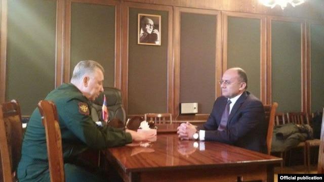 Встреча замминистра обороны РФ Аркадия Бахина (слева) и министра обороны Армении Сейрана Оганяна. Гюмри, 13 января 2015 года
