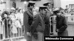 """Полицейские во время открытия одной из станций пражского метро. До """"бархатной революции"""" в Чехословакии на 100 тысяч жителей приходилось более 600 стражей порядка"""
