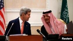 Джон Керрі і принц Сауд аль-Фейсал бін Абдель-Азіз ас-Сауд на прес-конференції в Ер-Ріяді, 4 листопада 2013 року