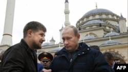 Чечня президенты Рамзан Кадыров Грозныйда мәчет ачылышы вакытында Русия премьер-министры Владимир Путин белән сөйләшә, 16 үктәбрь 2008 ел
