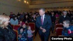 Анатолий Бибилов пока обходит тему политического противостояния бывшего и нынешнего президентов
