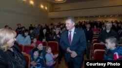 Cпикер парламента предложил поддержать инициативу правящей партии «Единая Осетия» о награждении юбилейной медалью президента Бибилова, поскольку «президент сам себе не может вручить награду»