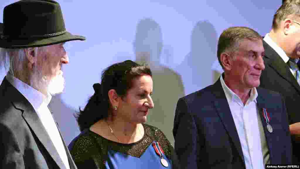 Среди награжденных медалью Pro patria были и супруги Кикинадзе – Амирия и Аслан (на фото в центре). Они турки, живут недалеко от Мерке в Жамбылской области. Они бесплатно отдали свою землю для польского кладбища и ухаживают за могилами на нём.
