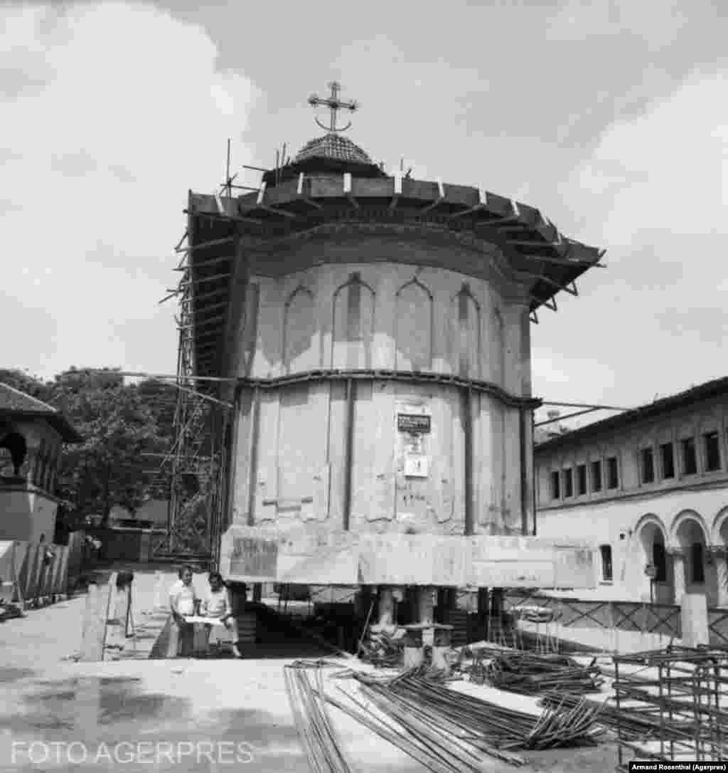 Mutarea bisericii 'Schitul Maicilor' din București în 1982.Foto: ARMAND ROSENTHAL Credit: AGERPRES FOTO/ARHIVA ISTORICA