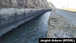 Канал водохранилища в Торткуле. Кыргызстан, Баткен, кыргызско-таджикская граница.