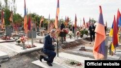 И.о. премьер-министра Армении Никол Пашинян в военном пантеоне «Ераблур» в Ереване, 9 мая 2021 г.