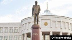 Тошкентдаги Оқсарой қароргоҳи олдида ўрнатилган И. Каримов ҳайкали
