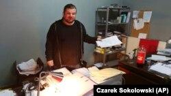 Rafal Gawel, egy rasszizmust és idegengyűlöletet ellenőrző civil szervezet igazgatósági tagja áll az irodájában, 2017. február 3-án. Az irodában nem sokkal előtte történt rendőrség rajtaütés, ennek során számítógépeket foglaltak le.
