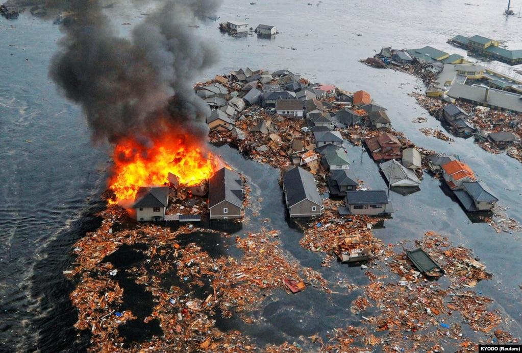 Затоплені будинки після землетрусу й цунамі в місті Наторі на північному сході Японії, 11 березня 2011 року
