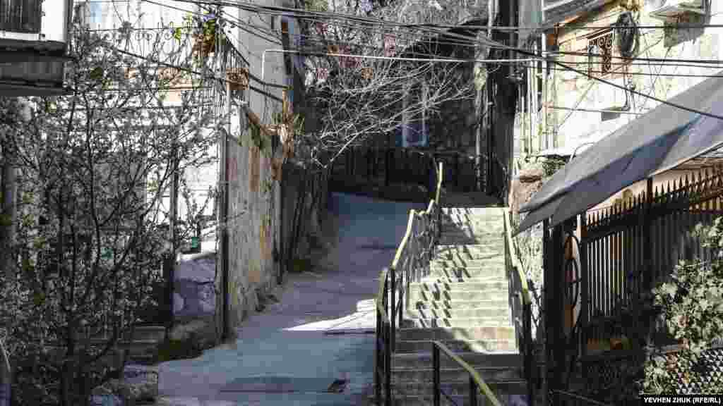 Провулок Халтурина піднімається вгору і, перериваючись на території дитячої лікарні, веде до однойменної вулиці. У провулку праворуч – сходи, ліворуч – водостік