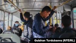 Пассажиры в общественном транспорте в Бишкеке. Иллюстративное фото.
