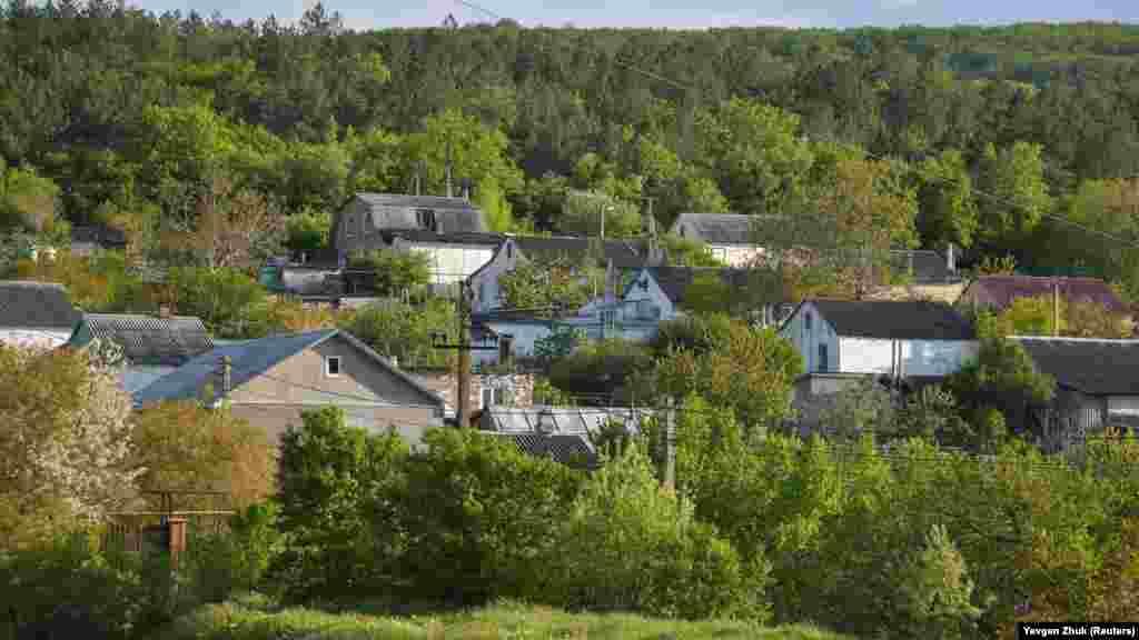 Терновка расположена в небольшой долине, большинство частных домов построены «на рельефе»