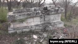 Одна зі зруйнованих могил на Братському кладовищі в Севастополі