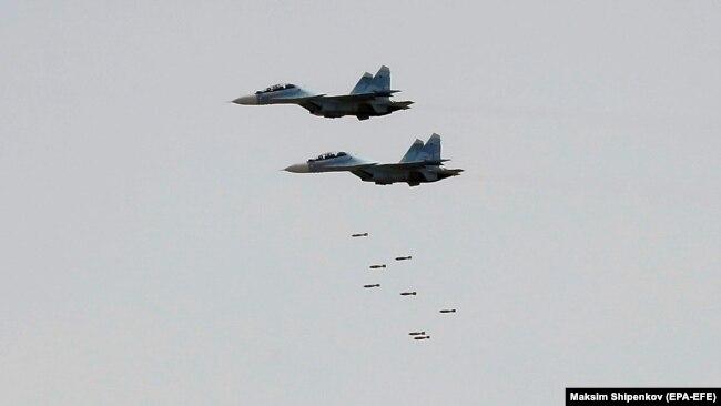 """Ресейдің Астрахань облысындағы """"Кавказ-2020"""" әскери жаттығулары кезіне ұшақтардан бомба тастап жатыр. 22 қыркүйек, 2020 жыл."""