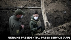 Президент Владимир Зеленский на позициях украинской армии в Донецкой области в апреле 2020 года