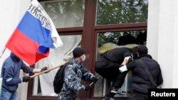 Орусиячыл топ Луганск облбийлигинин имаратына терезени талкалап кирип баратышат. 29-апрель, 2014.