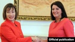 Presidentja Atifete Jahjaga dhe ambasadorja e SHBA-së në Kosovë Trejsi Xhejkobson.